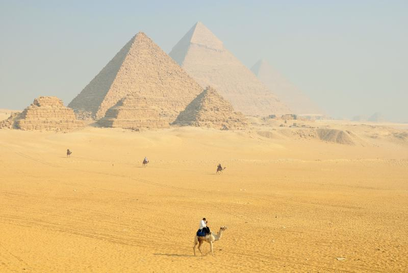 Viajar a Egipto Pirámides de Giza el Cairo explanada