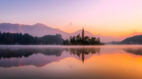 Iglesia en el Lago