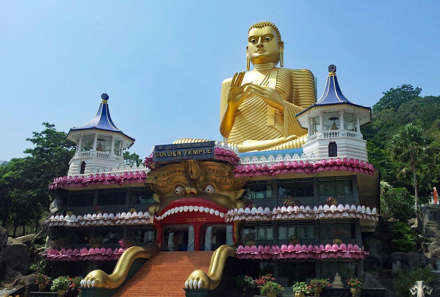 Templo de Dambulla con el gigante buda de oro. Oferta viaje a Sri Lanka.