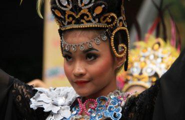 Bailarina con ropa tradicional