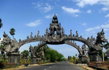 Estatua sobre una carretera en Indonesia